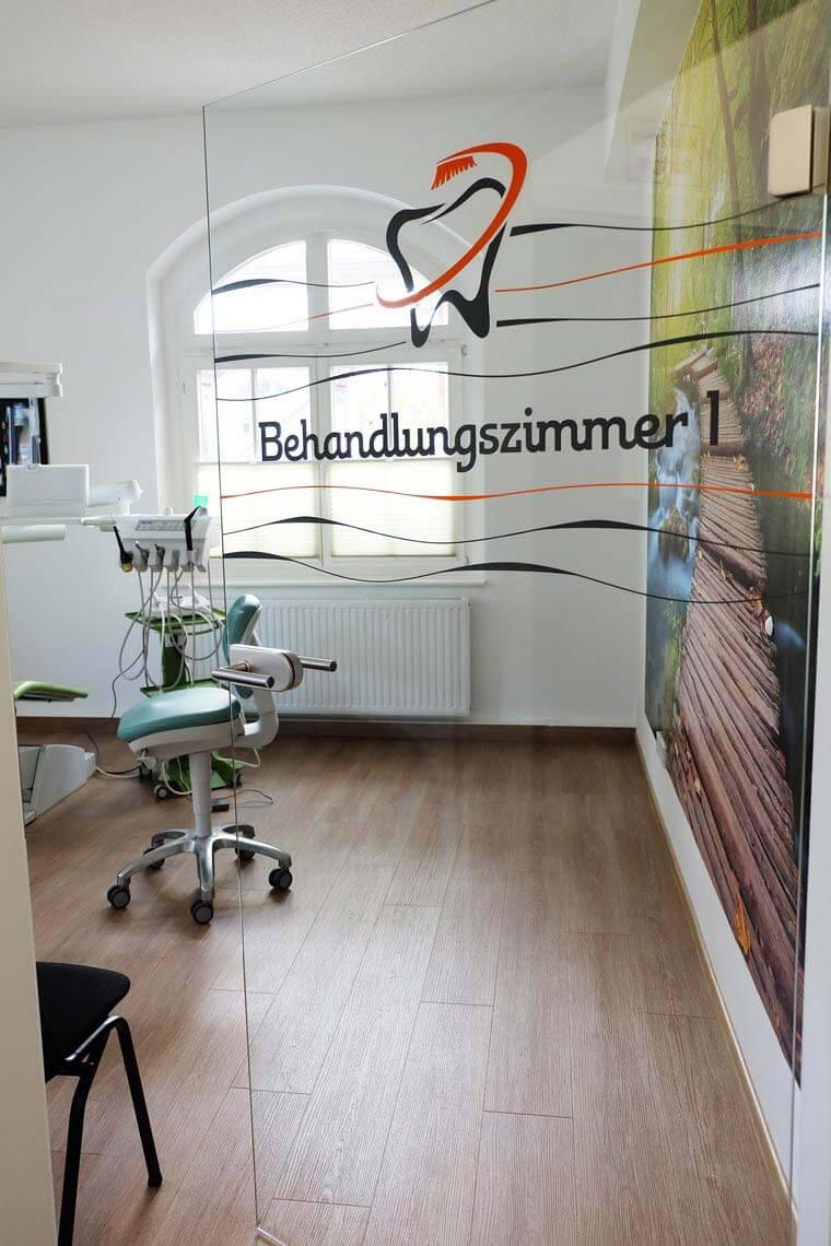 Türe zum Behandlungszimmer in der Zahnarztpraxis von Andreas Gniech, Rudolstadt